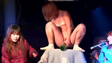 公共妓女 Chinese Girl Public Show - Stage Fucking Beer Bottle - Pussy Smoking